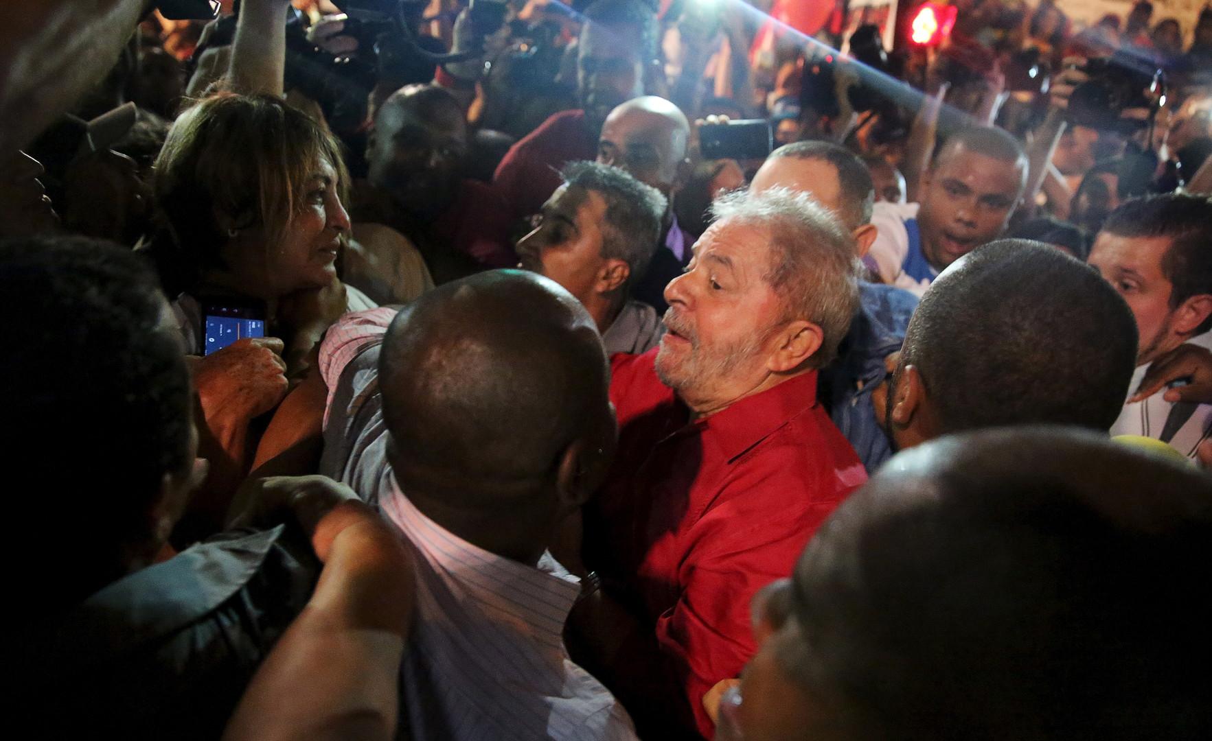 L'ex-président Luiz Inacio Lula da Silva dans la rue le 18 mars à Sao Paulo