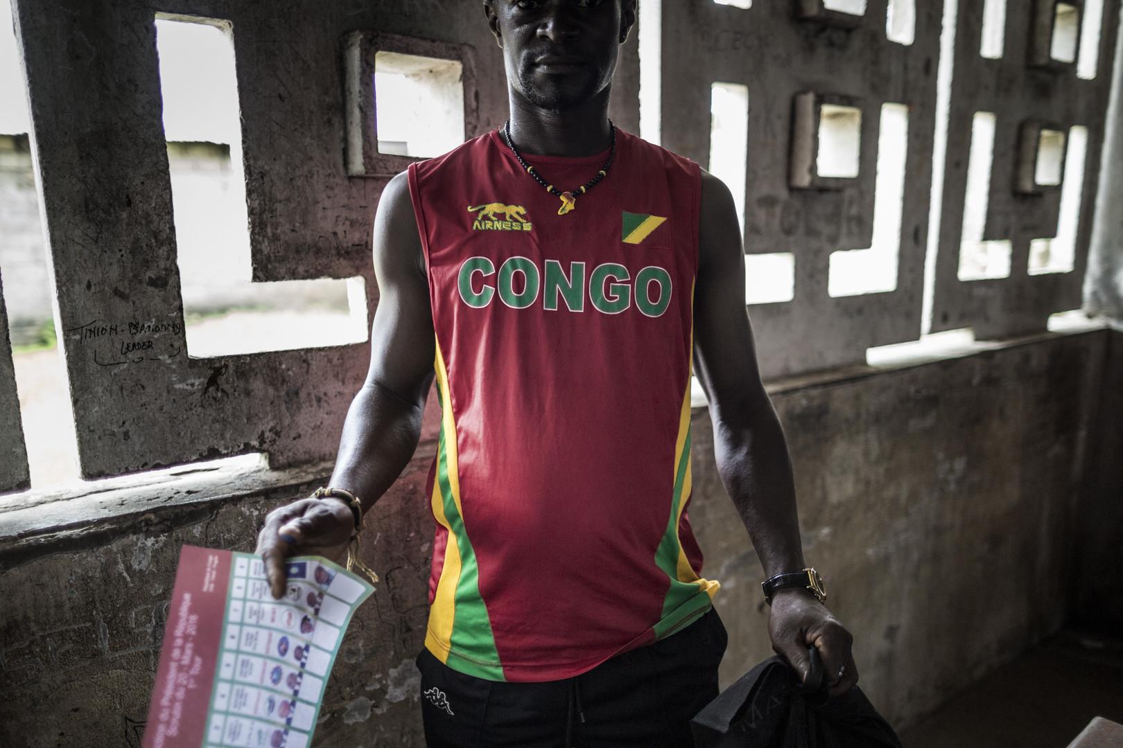 Un congolais avec son bulletin de vote