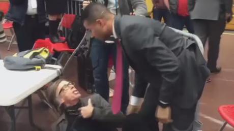 Agent de la sécurité de Donald Trump étrangle un journaliste lors d'un meeting