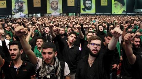Des supporters du Hezbollah manifestent leur soutien lors d'un meeting de l'organisation libanaise