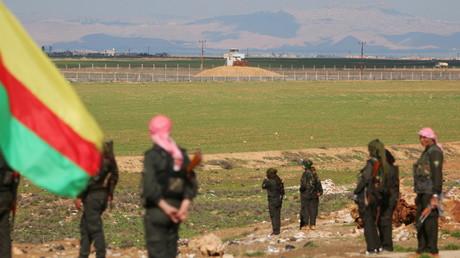 Les Kurdes près de la frontière entre la Turquie et la Syrie