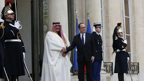 Le président français François Hollande reçoit le prince héritier saoudien Mohammed bin Nayef au palais d'Elysée, à Paris, le 4 mars 2016
