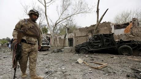 Après un attentat, un policier afghan inspecte la scène du crime