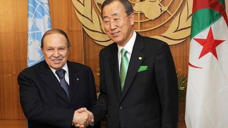 Le Secrétaire général de l'ONU en compagnie du président algérien, en 2009