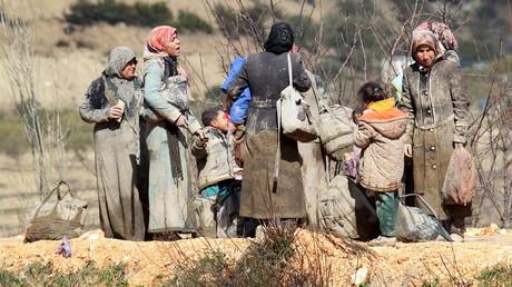 Des réfugiés attendent en Syrie un hypothétique passage côté turc.