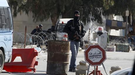 En police en faction après l'attaque dans la ville de Ben Guerdane