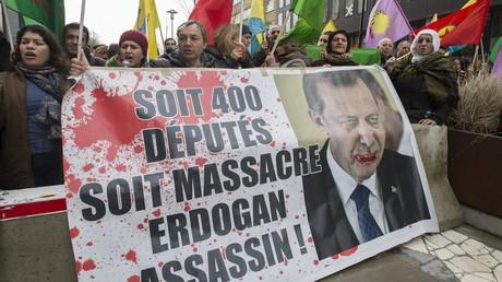 Des manifestants kurdes lors d'une manifestation durant le sommet UE-Turquie à Bruxelles, le 7 mars 2016