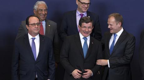 Le Premier ministre turc Ahmet Davutoglu pose avec des leaders de l'UE durant le sommet UE-Turquie sur la crise des migrants.