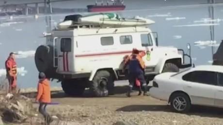 Russie : deux adolescentes dérivent sur un iceberg suite à un selfie qui tourne mal (VIDEO)