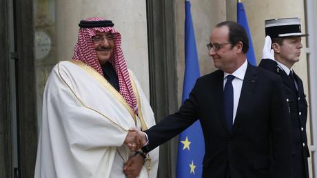 Le président François Hollande accueille le prince héritier d'Arabie saoudite Mohammed ben Nayef à l'Elysée à Paris, le 4 mars 2016