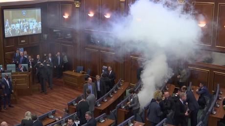 Kosovo : la séance parlementaire dispersée par des gaz lacrymogènes pour le second jour consécutif