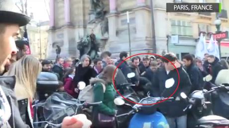 Des antifas agressent un journaliste à la manifestation contre l'état d'urgence (VIDEO)