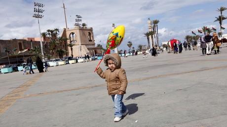 Un enfant sur la place des martyrs de Tripoli, la capitale libyenne, le 9 mars 2016