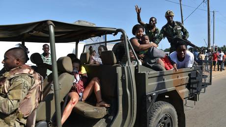 Des touristes évacués par l'armée ivoirienne après l'attaque à Grand-Bassam