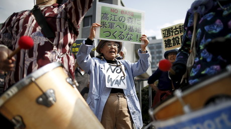Manifestation contre la relocalisation de la base militaire américaine d'Okinawa en avril 2015