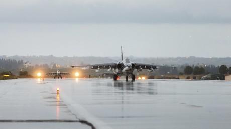 Les avions russes avant le décollage à la base syrienne Khmeimim