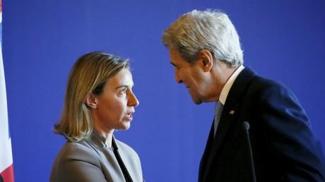 Federica Mogherini et le secrétaire d'Etat américain John Kerry lors d'une conférence de presse au Quai d'Orsay à Paris, le 13 mars 2016