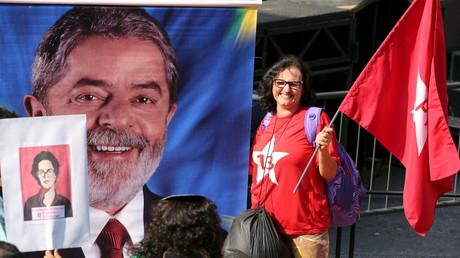 Une partisane de Dilma Roussef et de l'ex-président Lula manifeste à Sao Paulo le 18 mars dernier