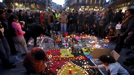 Vidéo panoramique : des dizaines de Bruxellois rassemblés pour honorer les victimes des attentats