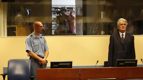 L'ancien leader des Serbes bosniaques Radovan Karadzic (à droite) lors du Tribunal pénal international pour l'ex-Yougoslavie en 2008