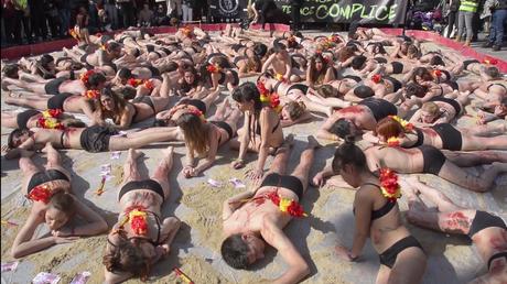 A demi-nus et couverts de sang factice, des manifestants dénoncent la corrida à Madrid