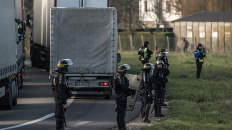 Déploiement de forces de l'ordre le 21 janvier 2016 après l'irruption de migrants sur la rocade près du site d'eurotunnel