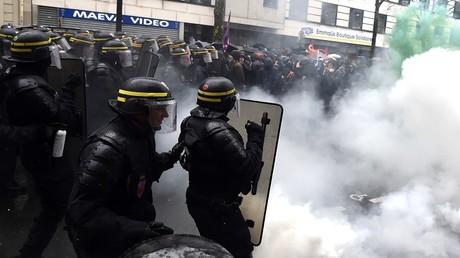 Rassemblement sous très haute tension entre policiers et manifestants à Paris