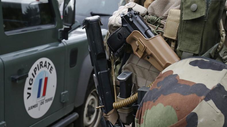Un soldat en faction devant l'hôpital militaire de Lyon a tiré, ce dimanche, sur un homme qui le menaçait avec un couteau. Blessé aux jambes, ce dernier a été arrêté.