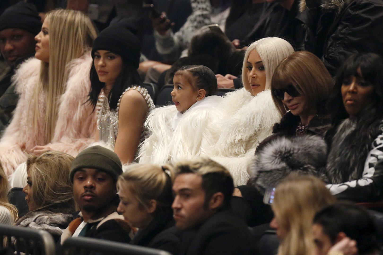 Anna Wintour à côté de la famille Kardashian