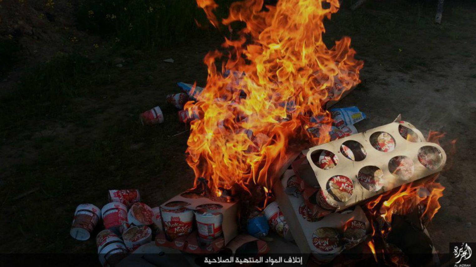 Pendant ce temps-là dans le Califat, Daesh brûle des milliers de paquets de nouilles (PHOTOS)