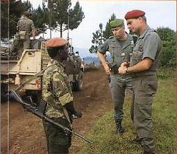 Le colonel Tauzin au Rwanda avec le 1er RPIma.
