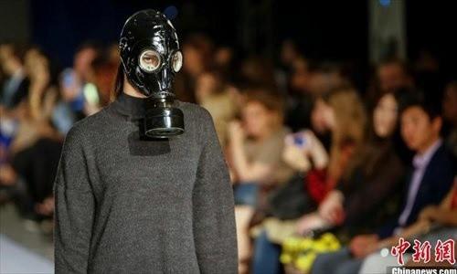 Des mannequins défilent armés de kalachnikovs à la Fashion Week du Kazakhstan