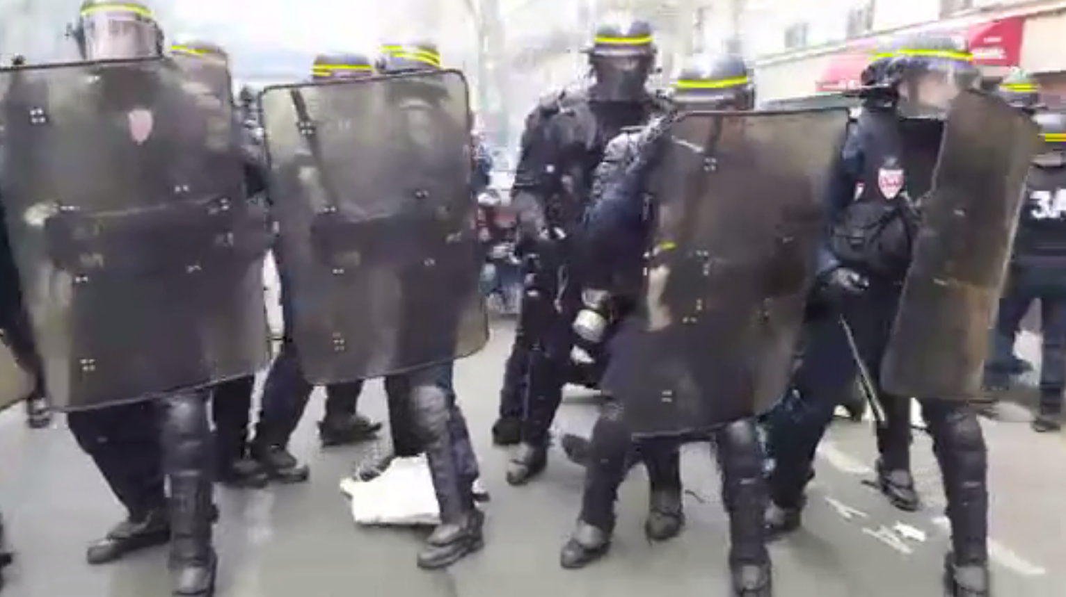 En images : gaz lacrymogènes, blessés, voitures défoncées à Paris (VIDEO, IMAGES PERTURBANTES)