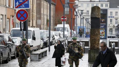 Soldats belges patrouillant à Molenbeek