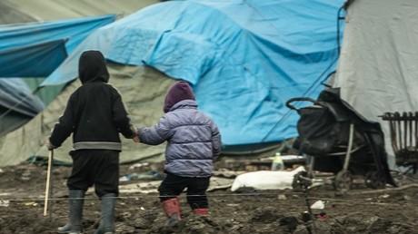 Deux enfants marchent dans le camp de migrants de Grande-Synthe, près de Dunkerque