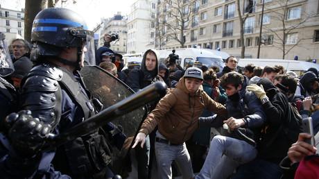 Des manifestants face aux policiers à Paris ce mardi 5 avril