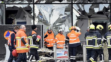 Une fenêtre brisée de l'aéroport de Bruxelles après les attentats du 22 mars dernier