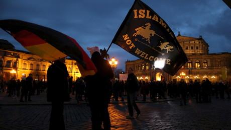 Des partisans du mouvement anti-islam PEGIDA lors d'une manifestation à Dresde, le 21 mars 2016