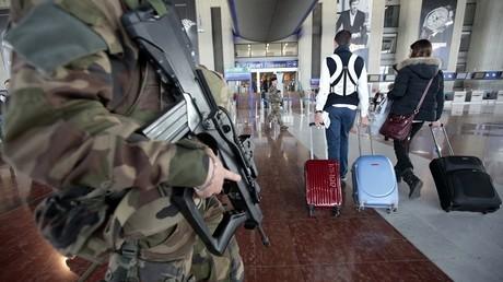 Des passagers passant les portiques de sécurité à l'aéroport de Nice Côte d'Azur