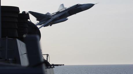 Un SU-24 russe passe à basse altitude près du USS Donald Cook, le 12 avril 2016
