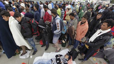 Des migrants attendent en Hongrie pour embarquer dans des bus qui les mèneront à la frontière autrichienne.