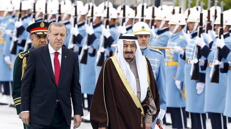 Recep Tayyip Erdogan accueille le roi saoudien Salmane avec une marche militaire russe (VIDEO)