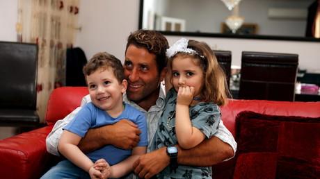Noah et Lahela avec leur père Ali Zeid al-Amin
