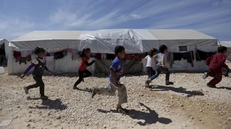 Des enfants courent dans un camp de personnes déplacées au nord de la Syrie