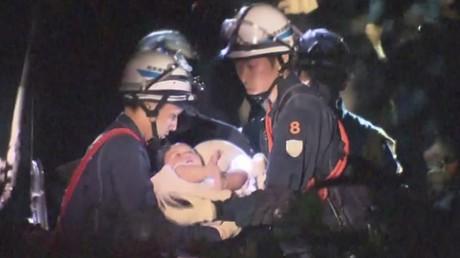 Le sauvetage d'un bébé pris sous les décombres après le séisme au Japon