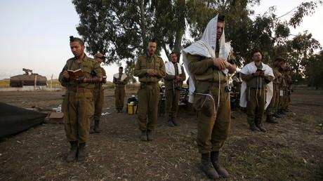 Des soldats israéliens prient près de la ligne de cessez-le-feu avec la Syrie sur le plateau du Golan
