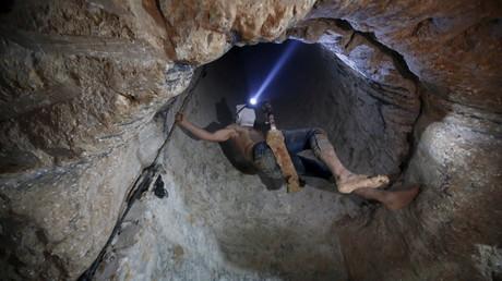 Sept travailleurs palestiniens comme celui que l'on voit sur cette l'image ont été piégés alors que l'armée égyptienne a inondé un tunnel reliant la bande de Gaza à la péninsule du Sinaï.