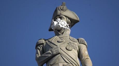 Greenpeace dénonce la pollution de l'air en affublant la statue de l'amiral Nelson d'un masque à gaz