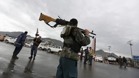 Policier afghan sur la scène de l'attaque suicide