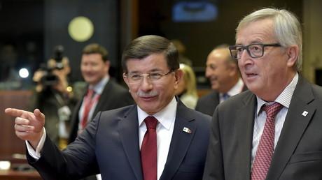 Le Premier ministre turc Ahmet Davutoglu et le président de la Commission européenne Jean-Claude Juncker